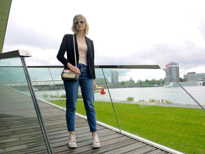 outfit, style, fashionblogger, modeblogger, bloggerstyle, nineties look, blazer, mom jeans, mini bag